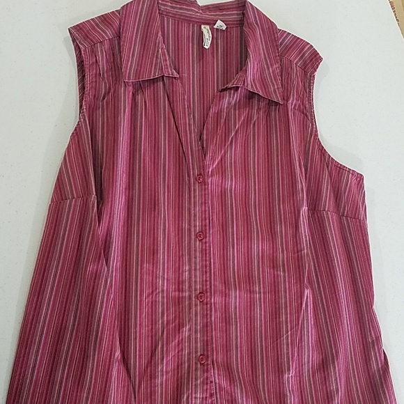Sleeveless Vneck Pink maroon 1X plus button shirt